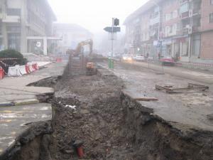 Tranşeele care brăzdează încă numeroase străzi din municipiul Suceava, părăsite de joi seara