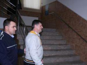 Severin Tcaciuc pe holul Palatului de Justiţie