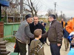 Sub comanda deputatului Ion Bălan, PD-L-iştii au luat la pas localitatea, explicând oamenilor de ce este bine să voteze cu actualul şef al statului