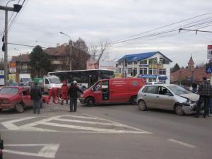 O Dacie şi un VW s-au izbit violent în intersecţia străzilor Ana Ipătescu şi Petru Rareş