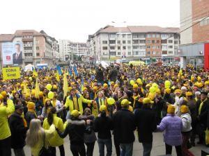 Peste 3.000 de persoane din întreg judeţul au participat la mitingul electoral de la Suceava al candidatului PNL pentru preşedinţia României, Crin Antonescu