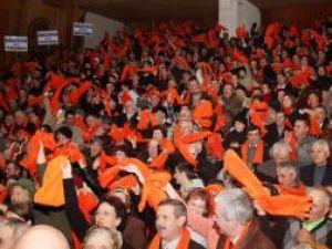 Pensionarii suceveni au umplut sala mare a Casei Culturii pentru a-şi arăta susţinerea faţă de Traian Băsescu