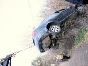 Maşina a fost scoasă cu greutate din râpă