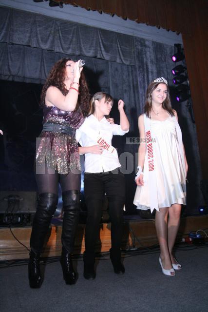 Claudia Pavel alături de două dintre premiantele balului