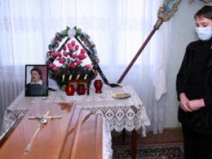 Liliana Muha, la căpătâiul soţului ei, Dorin,