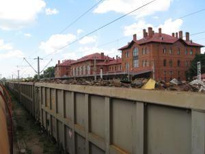 Vagoanele care transportă fier vechi sunt încărcate cu mult peste limita admisa şi nu sunt asigurate cu plasă de protecţie