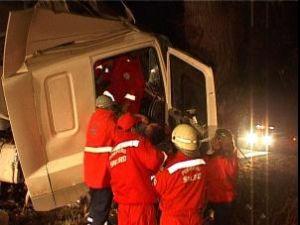 Şoferul a fost scos cu greutate din cabina tirului