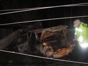Maşina a rupt un stâlp de beton, după care a ars ca o torţă