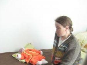 Respinse de familie, această tânără şi fiica ei au fost găzduite de Centrul maternal Gura Humorului