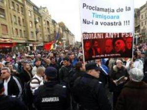 Manifestanţii au purtat pancarte pe care scria