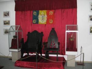 Tronul Regelui Ferninand şi tronul Reginei Maria de la festivitatea de încoronare de la Alba Iulia, încadrate de cele două coroane regale
