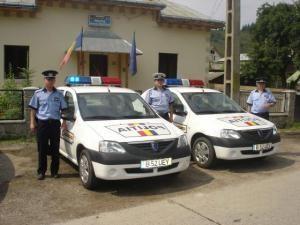 Poliţişti din Broşteni, în faţa sediului