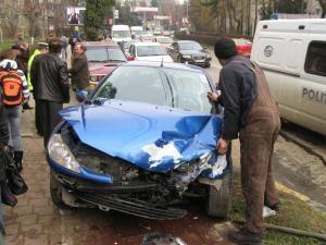 Autoturismul Peugeot a fost avariat în partea din faţă