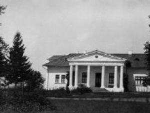 Conacul din Iacobeşti în perioada de glorie, cu blazonul nobiliar pe frontonul sprijinit pe coloane monumentale