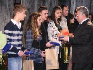 Primarul Lungu a oferit plachete şi diplome premianţilor concursurilor de Miss şi Mister