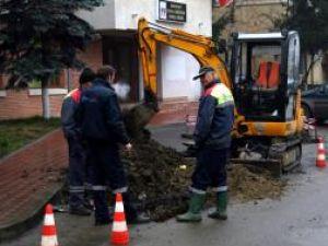 Muncitorii întâi astupă conductele recent montate, repară strada, ca apoi să o spargă, dacă sunt depistate pierderi la probele de presiune