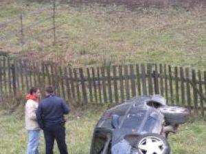 Maşina a plonjat circa 10 metri în gol de pe şosea