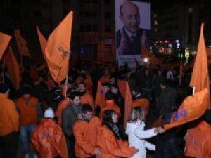 În centrul Sucevei, PD-L-iştii au sărbătorit victoria lui Traian Băsescu
