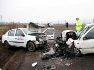 Ambele maşini, avariate grav în urma impactului
