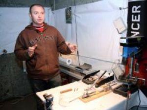 Lucian Poenari în micuţul său atelier