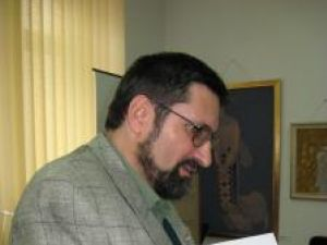 Dan Camer, oferind cărţile cu autograf