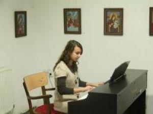Microrecital de muzică clasică la vernisajul expoziţiei de icoane