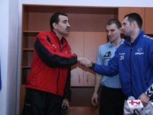 Sucevenii Ciubotariu si Rohozneanu i-au urat succes, la finalul meciului, antrenorului Leonard Bibirig
