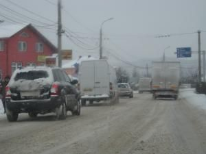 Pe şoselele din judeţ s-a circulat cu mare greutate, din cauza căderilor masive de zăpadă şi a poleiului