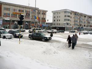 La Fălticeni, utilajele de deszăpezire fac faţă cu greu în lupta cu iarna