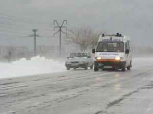 Din cauza ninsorii şi a traficului îngreunat, durata de intervenţie a autosanitarelor s-a prelungit