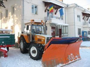 Primăria Dărmăneşti a achiziţionat un tractor dotat cu plug şi sărăriţă