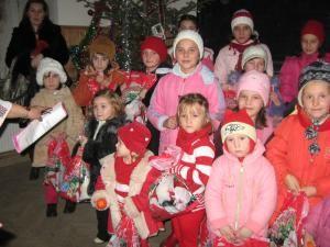 Copiii din Bogdăneşti primind daruri