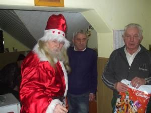 În Ajun de Crăciun: Cadouri şi concert de colinde pentru bătrânii de la Centrul de Îngrijire Pojorâta