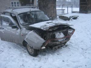 Zăpada căzută pe carosabil creează numeroase probleme în trafic