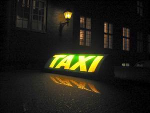 """Reglări de conturi: Sechestrat într-un taxi, bătut şi luat la o plimbare forţată, pentru că a """"sifonat"""" la poliţie"""