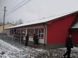 E.ON a reconstruit şcoala din Brodina, afectată de inundaţiile din 2008