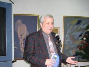 Poetul Ion Cozmei cu volumul Vânătoare de iarbă cu cai