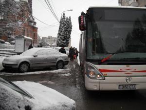 Din cauza maşinilor parcate în staţie, autobuzele trebuie să oprească în stradă