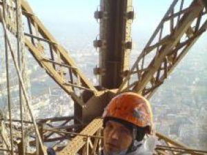 Marius Grigoraş lucrează la restaurarea Turnului Eiffel