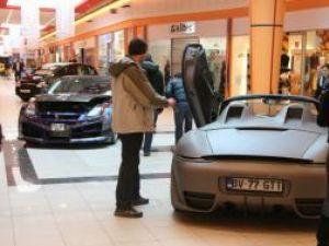 Maşinile modificate sunt o adevărată atracţie pentru clienţii Shopping City