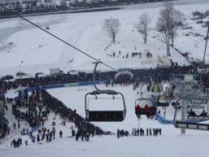 Prima zi în care pârtia de schi din Gura Humorului a funcţionat în mod oficial a atras un număr extrem de mare de turişti