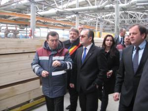 Directorul Doxar Grup, Nicolae Troaşe, i-a prezentat lui Emil Boc procesul tehnologic de fabricare a caselor pe structură din lemn