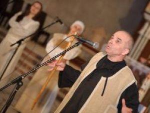 """Grigore Leşe, în timpul concertului pascal """"Pentru Eroi şi Morminte"""" susţinut de joi seara, în Catedrala Catolică din municipiul Suceava. Foto: Liviu Rotariu"""