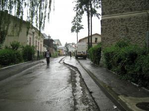 Betonul turnat peste şanţul care străbate strada dintr-un capăt în altul a fost spălat în întregime de prima ploaie