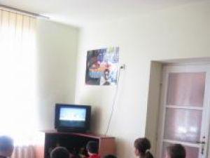 Copiilor internaţi în centru li se oferă cazare, masă, haine şi rechizite