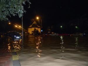 Pe Calea Burdujeni, în zona Bisericii Sf. Andrei, şoseaua s-a transformat în lac
