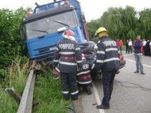 Accident groaznic: Şoferul unei Dacii, sfârtecat sub roţile unui camion