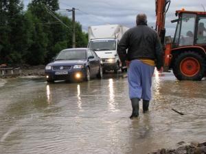 Vreme nefavorabilă: Ploile torenţiale au inundat mai multe locuinţe şi o biserică