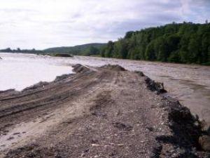 """Apele râului Moldova au """"măturat"""" digul de protecţie a staţie de captare Baia III"""