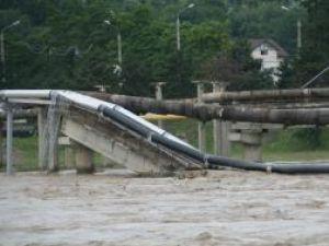Două conducte de apă potabilă de peste râul Suceava, din zona Bazarului, au fost afectate în noaptea de luni spre marţi de viituri